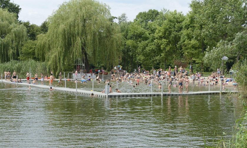 Tłumy na kąpielisku na Oporowie