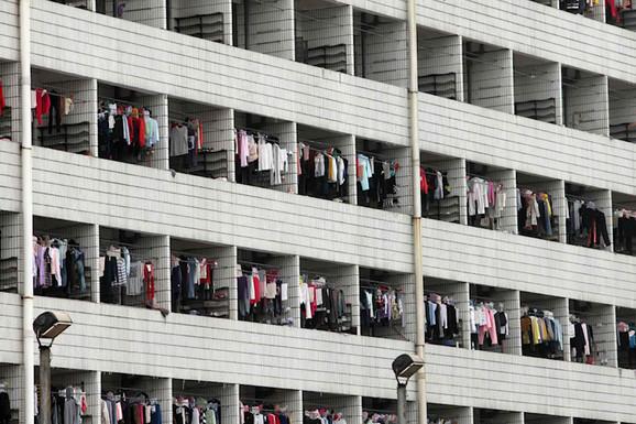 """U fabrici """"ajfona"""" postoji mreža za ZAŠTITU OD SAMOUBISTVA, a ako radnici zakasne, sledi PONIŽAVAJUĆA KAZNA"""