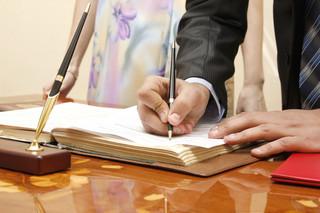 Wspólność majątkowa: Kiedy można korzystać z konta bankowego w imieniu współmałżonka?