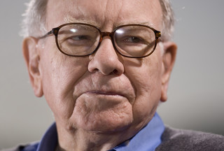 Warren Buffett znowu kupuje akcje. Bo rynek dołuje