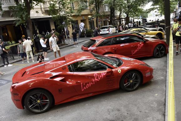 PORŠE, LAMBORGINI, FERARI KOD HRAMA SVETOG SAVE Luksuzni automobili na ulicama Beograda, oduševljena publika ih dočekala kao rok zvezde  (FOTO)