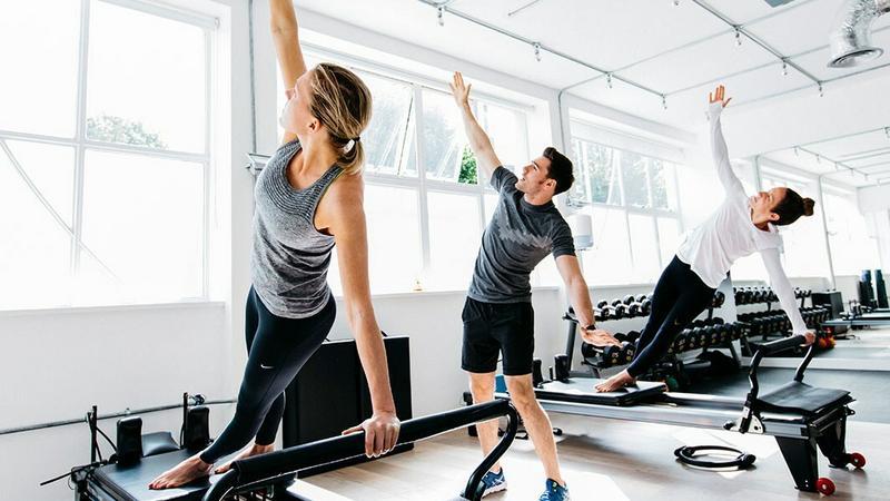Siłownia korzystająca z opasek fitness