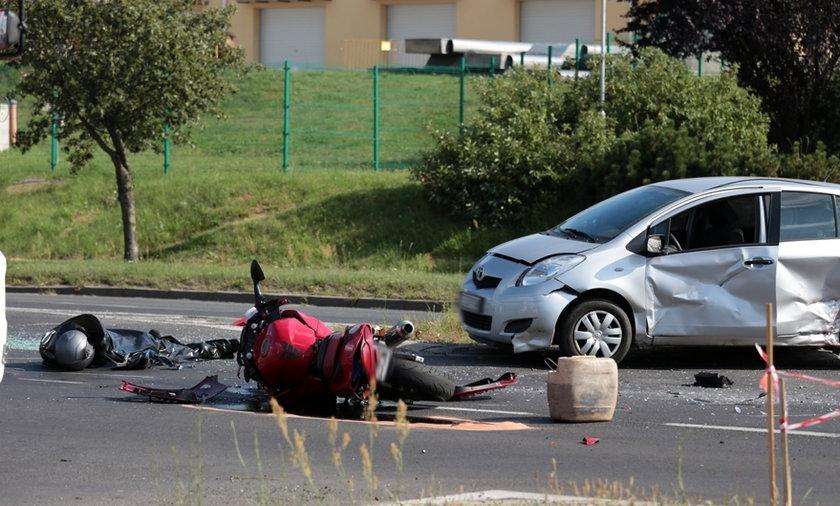 Auto zmiażdżyło motocyklistę. Z jego ust poleciała krew.