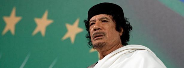 Kaddafiego spotkał najbrutalniejszy koniec ze wszystkich dyktatorów ostatniego ćwierćwiecza. Rebelianci, którzy ze wszystkich stron ściągali na wylotówkę z miasta Syrta, gdzie zbombardowany został konwój, którym uciekał libijski autokrata, porwali go za ramiona i pociągnęli w stronę swoich samochodów.
