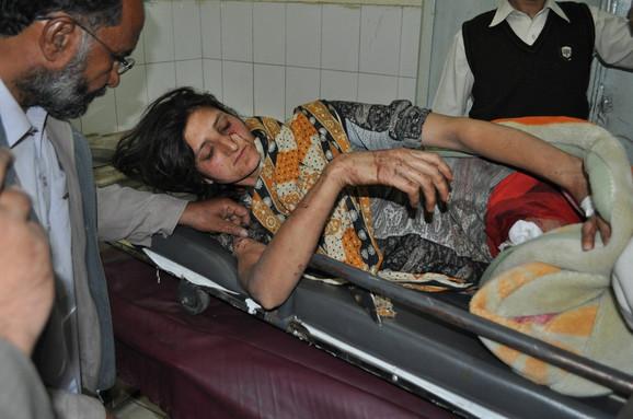 Povređena Akela Bibi čeka pomoć ispred Urgentnog centra u bolnici Ajub