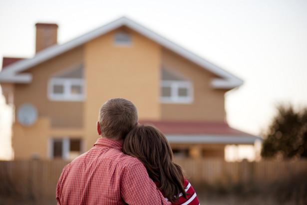 Ograniczenie prawa do swobodnego dysponowania mieszkaniem wprowadziła ustawa z dnia 15 lipca 2011 roku zmieniająca ustawę o finansowym wsparciu rodzin