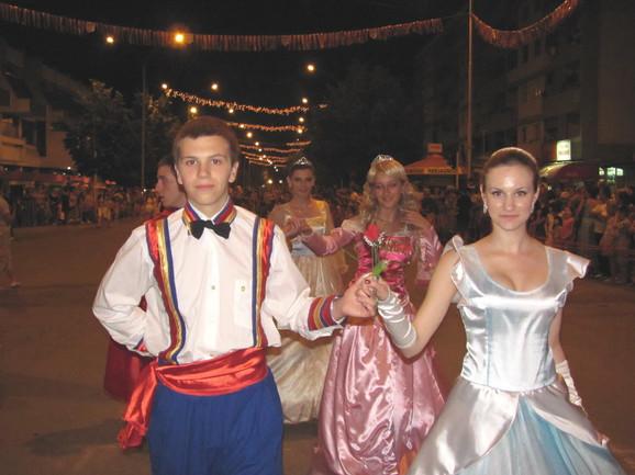 Hiljade Leskovčana došle su da gledaju nastupe karnevalskih grupa