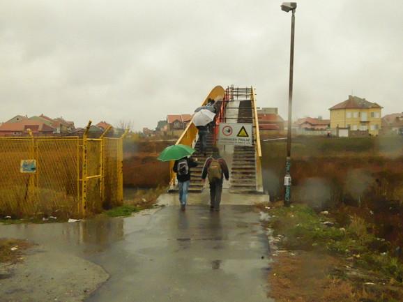 Oprez:Deo mosta zatvoren, pešaci koriste samo polovinu staze