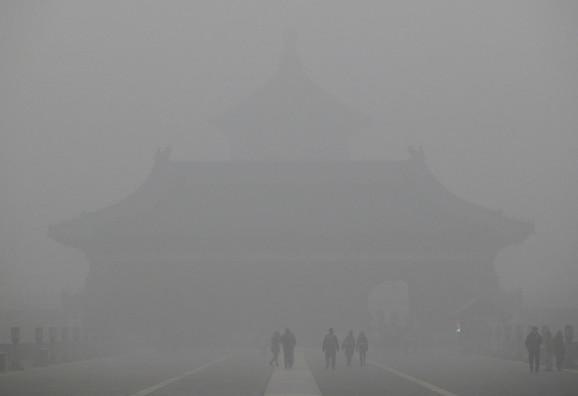 Peking je standardno prekriven smogom i ljudi na ulice ne izlaze bez maski