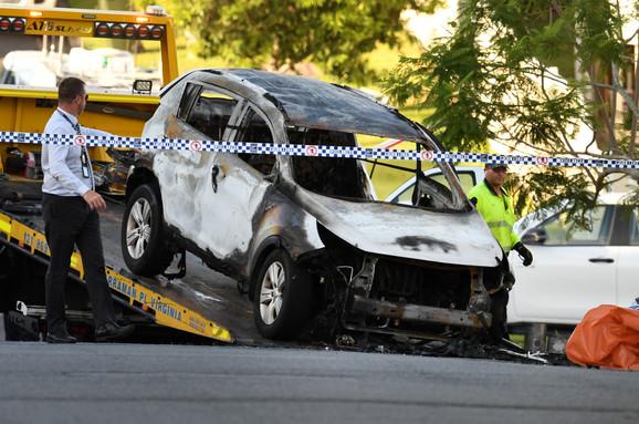 Policija uklanja zapaljeni automobil sa mesta zločina