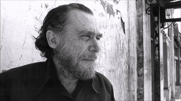 """Co może zdziwić fanów Bukowskiego? Według Wood, Bukowski nigdy nie widział filmu dla dorosłych. Mniej zaskakujące jest, że był świetnym gawędziarzem, a choć jego mieszkanie """"było brudnym chlewem"""", on sam utrzymywał całkiem dobrą higienę osobistą."""