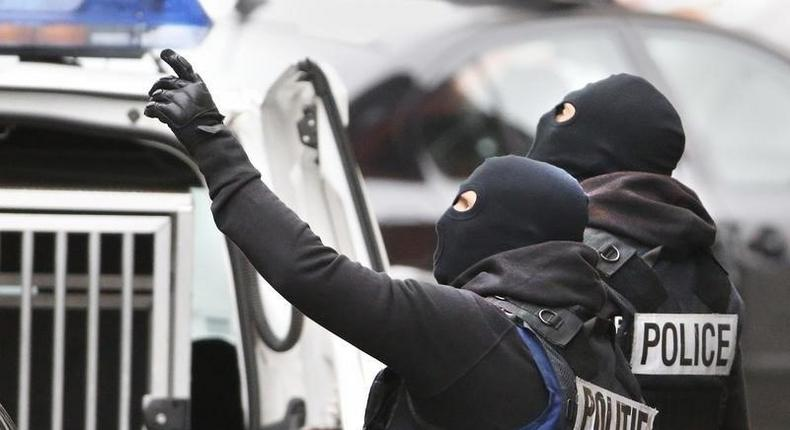 Belgian police stage a raid, in search of suspected muslim fundamentalists linked to the deadly attacks in Paris, in the Brussels suburb of Molenbeek, November 16. 2015.    REUTERS/Yves Herman