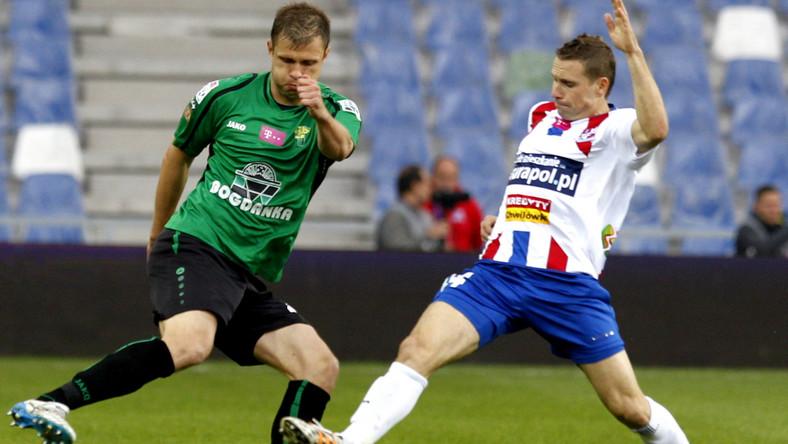 W pojedynku o piłkę Damian Chmiel (P) z miejscowego Podbeskidzia i Maciej Szmatiuk (L) z Górnika Łęczna w meczu T-Mobile Ekstraklasy, rozegranym w Bielsku-Białej