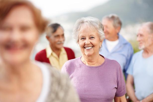 Jedną z najprostszych strategii, by zatrzymać obywateli na rynku pracy, jest podwyższenie wieku emerytalnego.