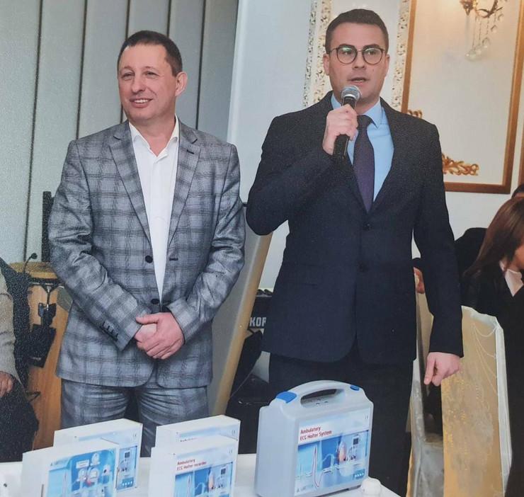 """Direktor Kardiologije Dr Tomislav Kostić (desno) primio je donaciju od Dragana Miloševića (levo) iz Kluba privrednika """"Naisus"""""""