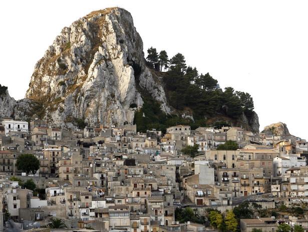 Miasteczko na Sycylii wystawia na sprzedaż 20 domów w cenie po 2 euro