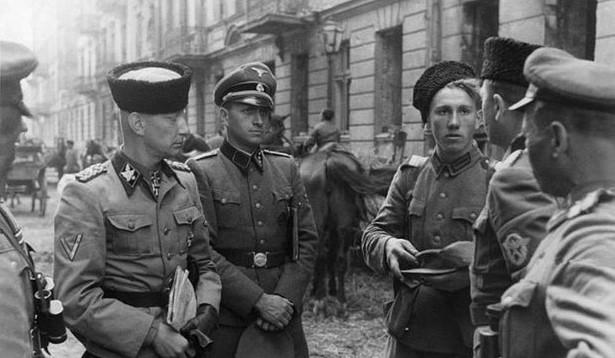 SS-Gruppenführer Heinz Reinefarth wraz z żołnierzami 3 Pułku Kozaków. Źródło: Stanislaw Kopf (1994) 63 dni, Warszawa: Wydawn. Bellona ISBN 978-8311082939.