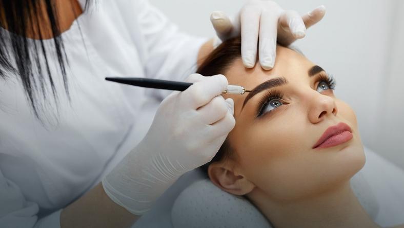 Brwi permanentne: metoda piórkowa, włoskowa a może