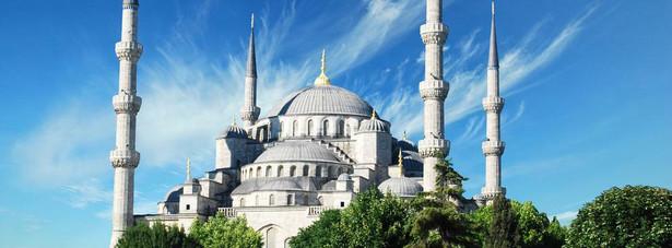 """Błękitny Meczet – zbudowany z polecenia sułtana Ahmeda I meczet w Stambule, który jest jednym z ostatnich, a zarazem najwspanialszych przykładów tzw. """"klasycznego okresu"""" sztuki islamskiej w Turcji. Budowę meczetu, w 1609, rozpoczął w towarzystwie urzędników państwowych sam sułtan Ahmed I (wówczas 19-letni), którego ambicją było stworzyć budowlę wspanialszą od stojącej w pobliżu Hagii Sofii."""