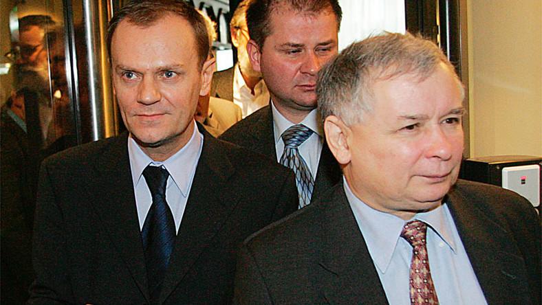 Kaczyński pyta Tuska o zdjęcia, które wylądowały na śmietniku.