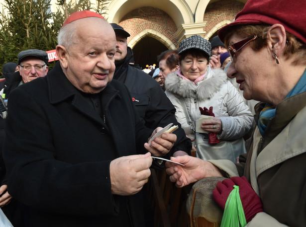 Kardynał Stanisław Dziwisz łamie się opłatkiem z mieszkańcami Krakowa, podczas opłatka prezydenckiego na krakowskim Rynku.
