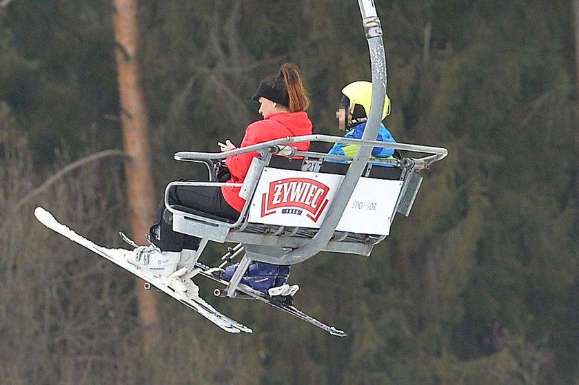 Beata Tadla z synem Jasiem na wyciągu narciarskim w Białce Tatrzańskiej