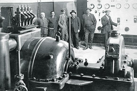 Aleksa Đ. Popović (četvrti sleva) jedan je od inicijatora izgradnje prve hidrocentrale u Užicu