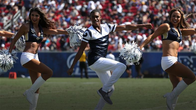 Quinton Peron z cheerleaderkami z Los Angeles Rams