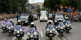 Groźny incydent podczas przejazdu papieża. Interweniował BOR