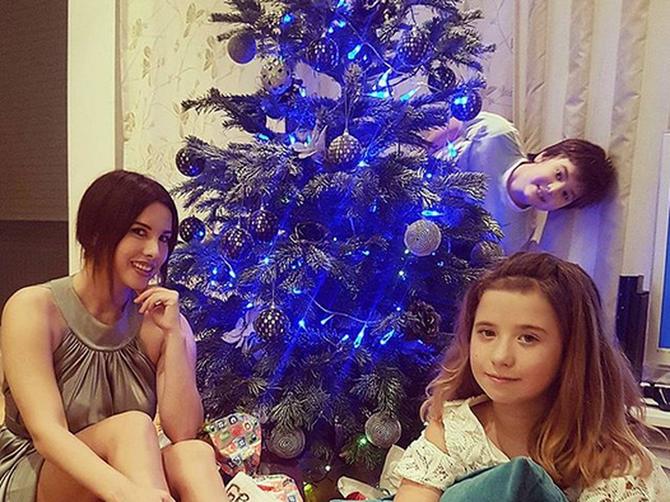 Nives čestitala Božić preko Instagrama, ali jedan SRAMOTAN detalj upropastio je porodičnu idilu
