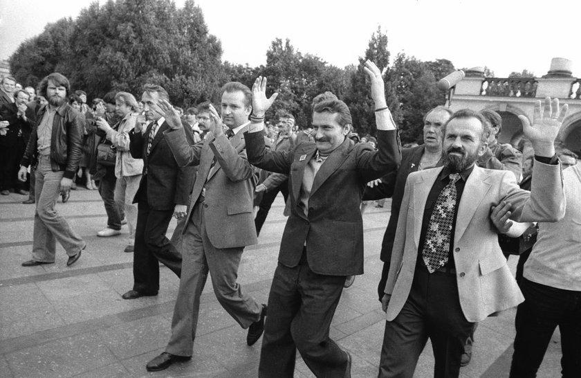 """Lech Wałęsa i członkowie """"Solidarności"""" w 1980r."""