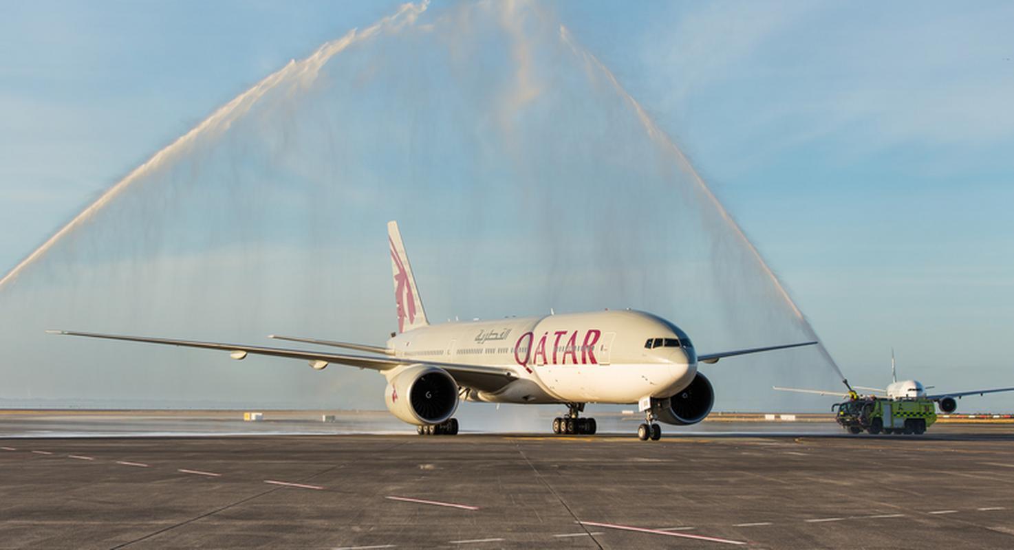 Na lotnisku w Auckland samolot został powitany tzw. salutem wodnym
