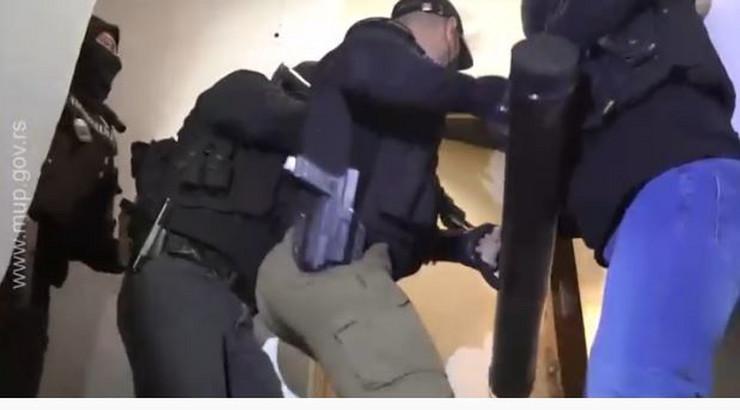 Policija razvalila vrata, u stanu pronađeno 67 kilograma droge