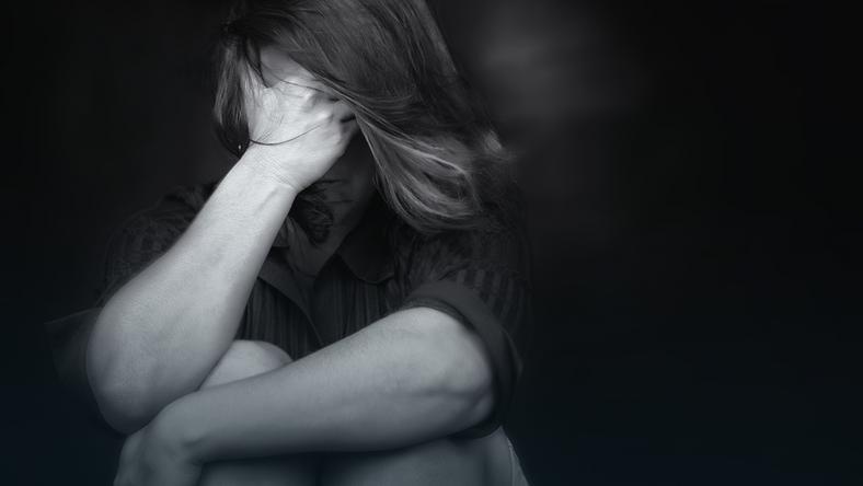 Portret kobiety z przemocą w tle