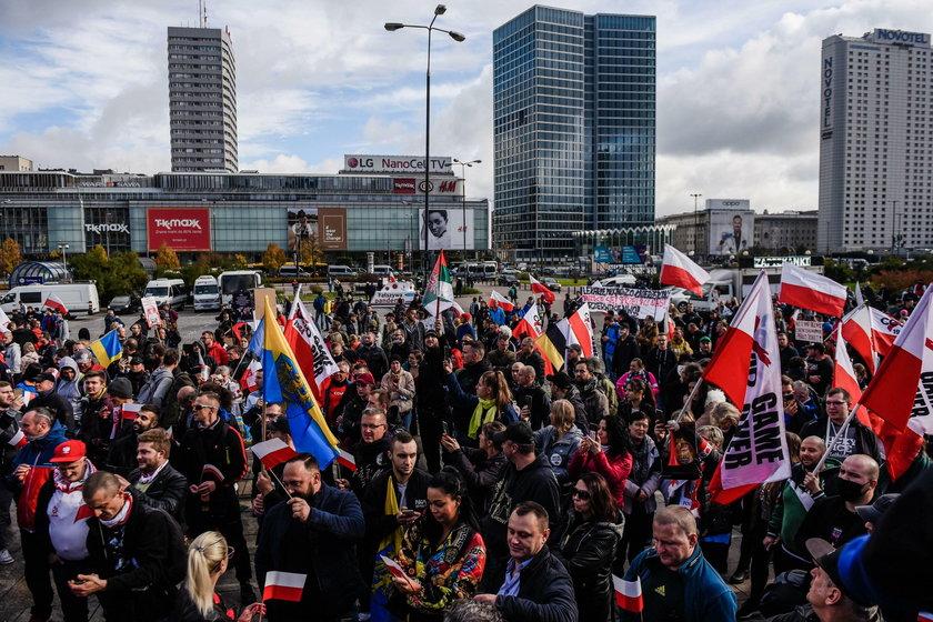 Protest przeciwko ograniczeniom związanym z koronawirusem