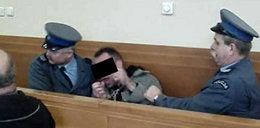Zabił żonę, kochankę i szaleje w sądzie