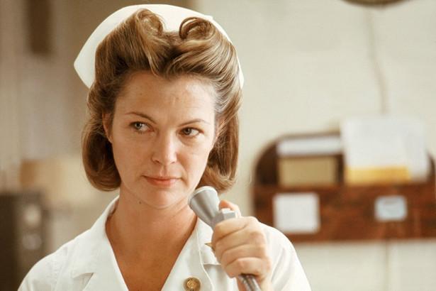 """Louise Fletcher jako Pielęgniarka Mildred Ratched w filmie """"Lot nad kukułczym gniazdem"""" (1975) w reż. Miloša Formana."""