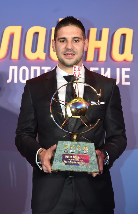 Aleksandar Mitrović sa vrednim priznanjem - Zlatnom loptom FSS-a
