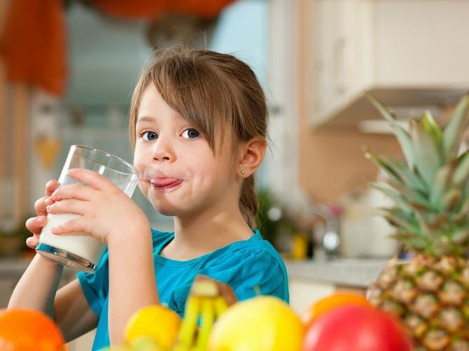 Koliko je mleka deci potrebno u toku dana, od kog uzrasta treba uvoditi u ishranu kiselo mleko, jogurt, pavlaku?