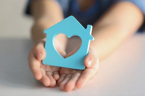 Asystent rodziny jest osobą, która ma pomagać rodzicom mającym problemy opiekuńczo-wychowawcze, grożące nawet tym, że ich dzieci mogą trafić do pieczy zastępczej.