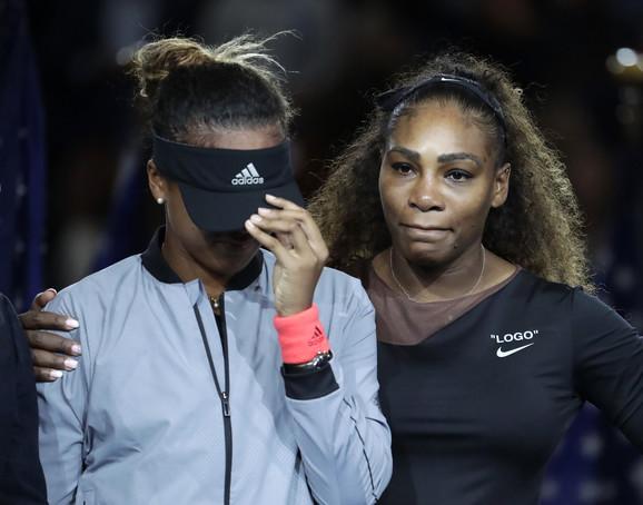 Naomi Osaka u suzama tokom svečane ceremonije, dok je Serena Vilijams teši