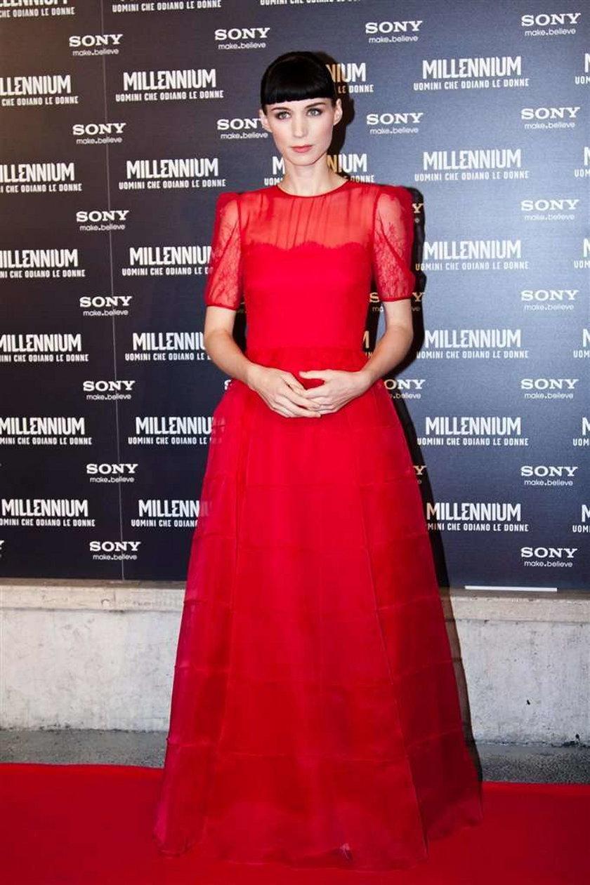 Czerwona sukienka koronkowa Valentino
