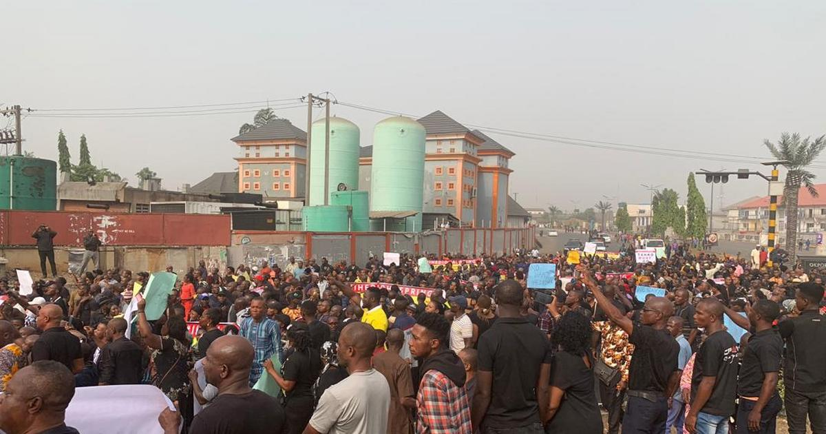 Imo residents protest against removal of Emeka Ihedioha by Supreme Court [VIDEO] - Pulse Nigeria