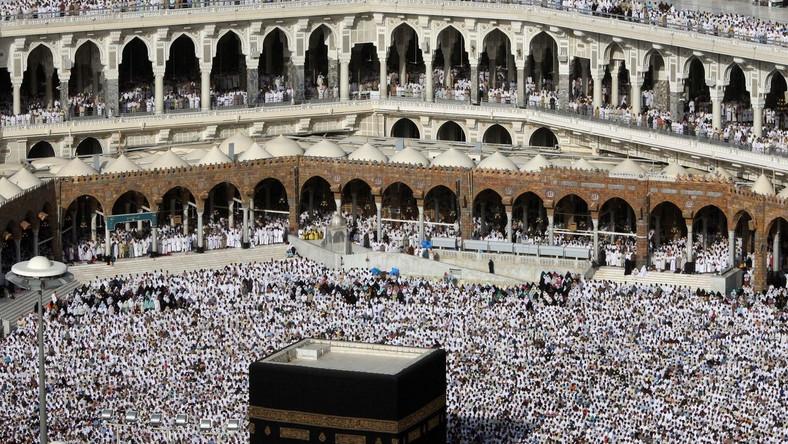 """Muzułmanie wycinają """"niewierny"""" zegar"""