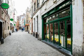 Restauracje zamknięte, więc Belgowie jeżdżą do lokali w Holandii. A liczba zakażonych koronawirusem znowu wzrosła