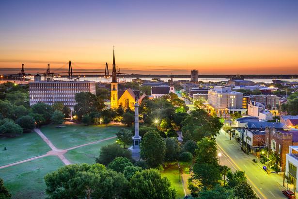 """1. Charleston, Karolina Południowa Dlaczego wygrywa Charleston? Turystom spodobała się jego wielkość. To bowiem średnie miasteczko liczące niecałe 120 tys. mieszkańców. Wskazywali, że praktycznie w każde interesujące ich miejsce mogą dotrzeć na piechotę. Czytelnicy uznali, że miasto to jest """"stworzone dla odwiedzających"""": bezpieczne, przyjazne, a jego mieszkańcy są nadzwyczaj gościnni."""