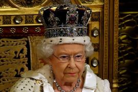 """""""NE ŽELI DA IZGLEDA KAO MAJMUN"""" Kraljica ima poseban način na koji jede BANANU"""