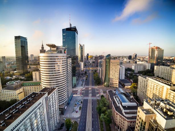 - Dla nas priorytetem jest wymiana starych, kopcących pieców, dlatego zdecydowaliśmy się na dotacje do 100 proc. i podwyższyliśmy ich wysokość z 7 tys. zł do 12 tys. zł w przypadku pieca gazowego i nawet do 40 tys. zł w przypadku instalacji pompy ciepła - mówi Justyna Glusman, dyrektorka i koordynatorka ds. zrównoważonego rozwoju i zieleni w UM Warszawy.