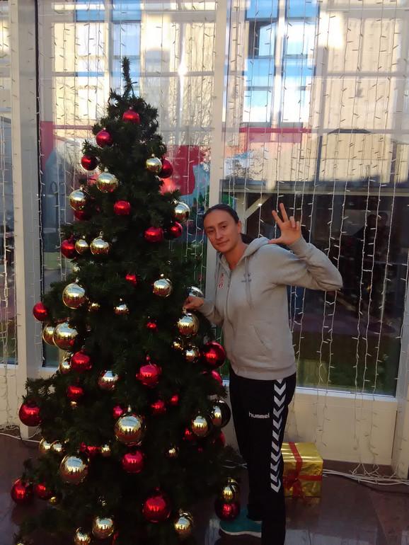 Marija Čolić pozira sa novogodišnjom jelkom za čitaoce Blicsporta