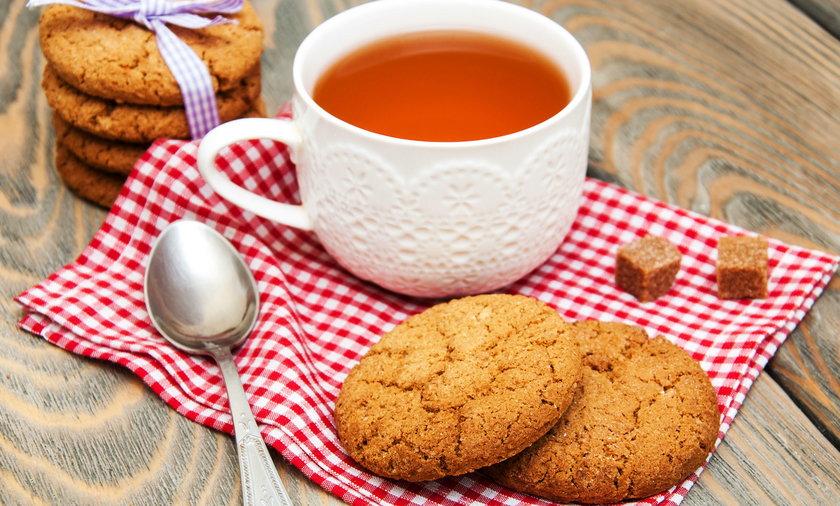 W towarzystwie nie wypada maczać ciastek w herbacie